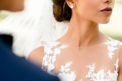 david-bastianoni-sony-alpha-9-close-up-of-detail-on-brides-dress-during-ceremony