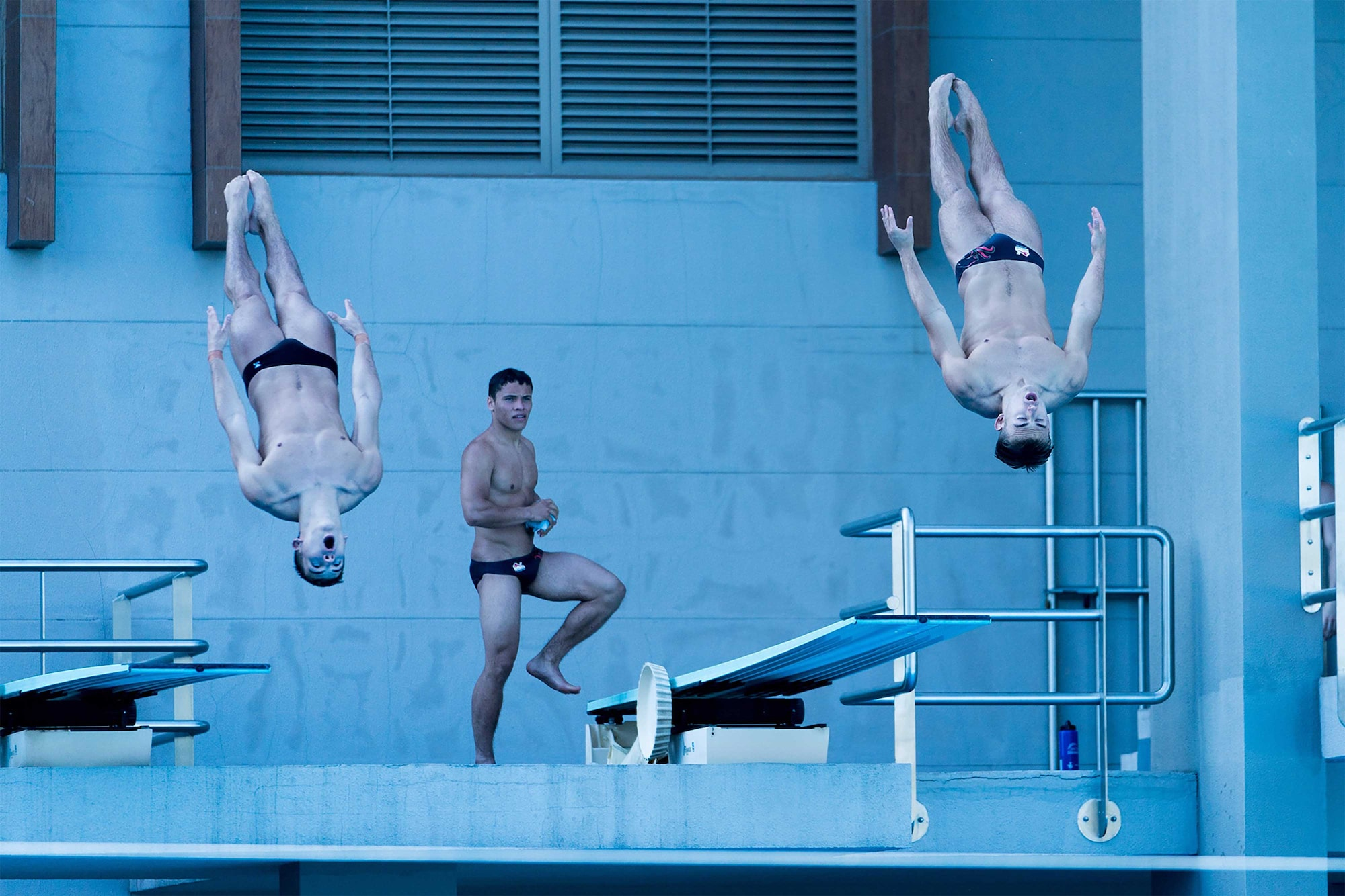 Mine-Kasapoglu-sony-alpha-9-2-swimmers-in-mid-air-as-a-third-looks-ond
