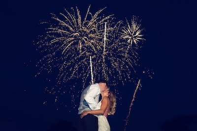 brent-kirkman-sony-alpha-9-couple-kiss-with-fireworks-in-the-sky-behind